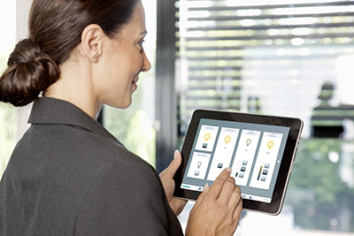 "Die webbasierte Software-Lösung ""Steward Web"" ermöglicht eine komfortable Bedienung der kompletten Raumautomation mittels PC, Tablet oder Smartphone. The web-based software solution Steward Web allows all room automation functions to be operated comfortably from a PC, tablet or smartphone."
